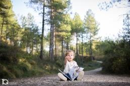 La pequeña Laia con su libro favorito. Fotografía familiar en el Bosque Animado de Ilundáin