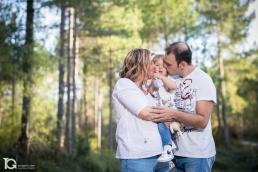 La pequeña Laia con la familia. Fotografía familiar en el Bosque Animado de Ilundáin
