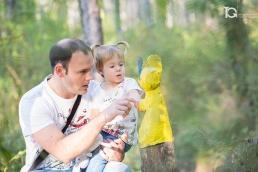 La pequeña Laia con su padre. Sesión familiar en el Bosque Animado de Ilundáin